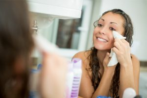 woman cleaning up stye with warm compress
